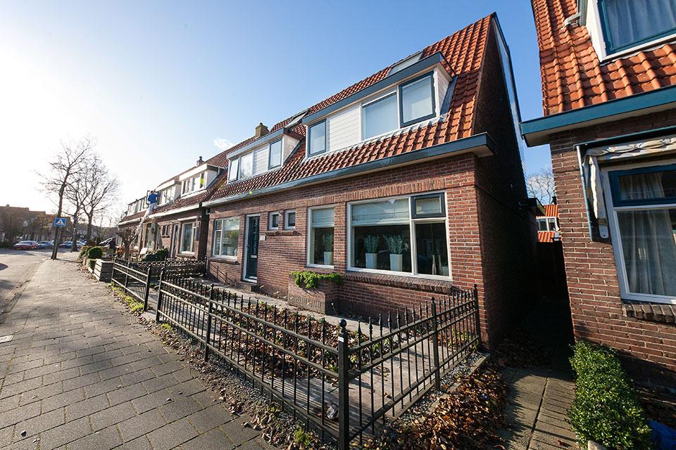 Houtrotherstel en gehele buitenschilderwerk dubbele woning (Eikenlaan, Krommenie)