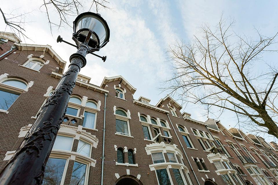 Gehele buitenschilderwerk karakteristiek pand (Oranje Nassaulaan, Amsterdam)